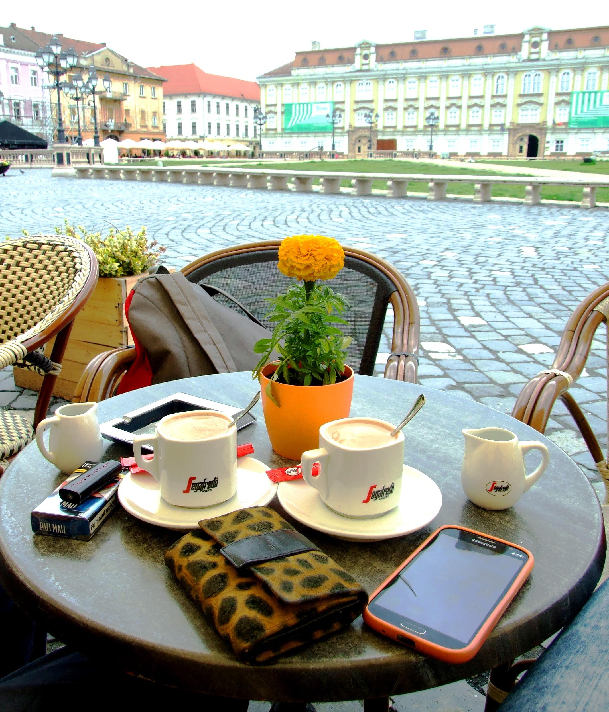 Popodnevna kafa u jednom od kafića na Trgu
